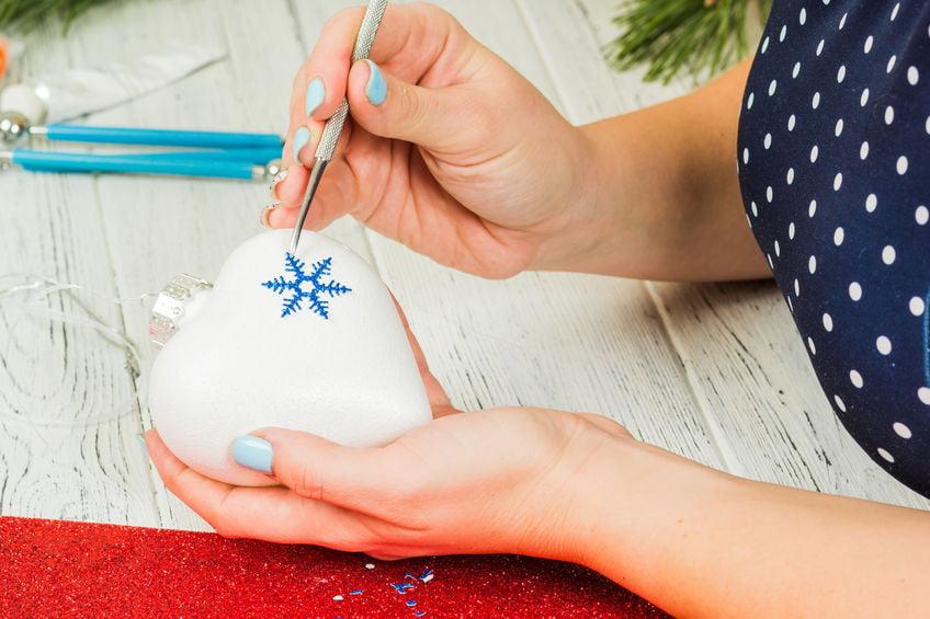 DIY: Kerstballen met handafdruk - Mamaliefde.nl
