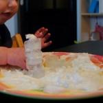 Sensopatisch spelen met scheerschuim sneeuw en ijs - Mamaliefde
