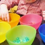Sensopatisch spelen met waterballetjes - Mamaliefde