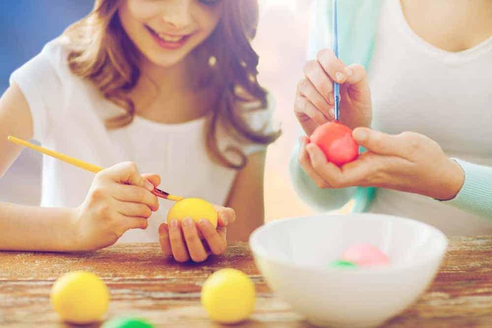 Paaseieren schilderen; 85 tips, ideeën en voorbeelden voor versieren en verven van eieren voor Pasen. Ga jij liever voor een chocolade paasei, haak jij je eigen ei, of ga je toch liever paaseieren verven of plakken met servet? - Mamaliefde.nl