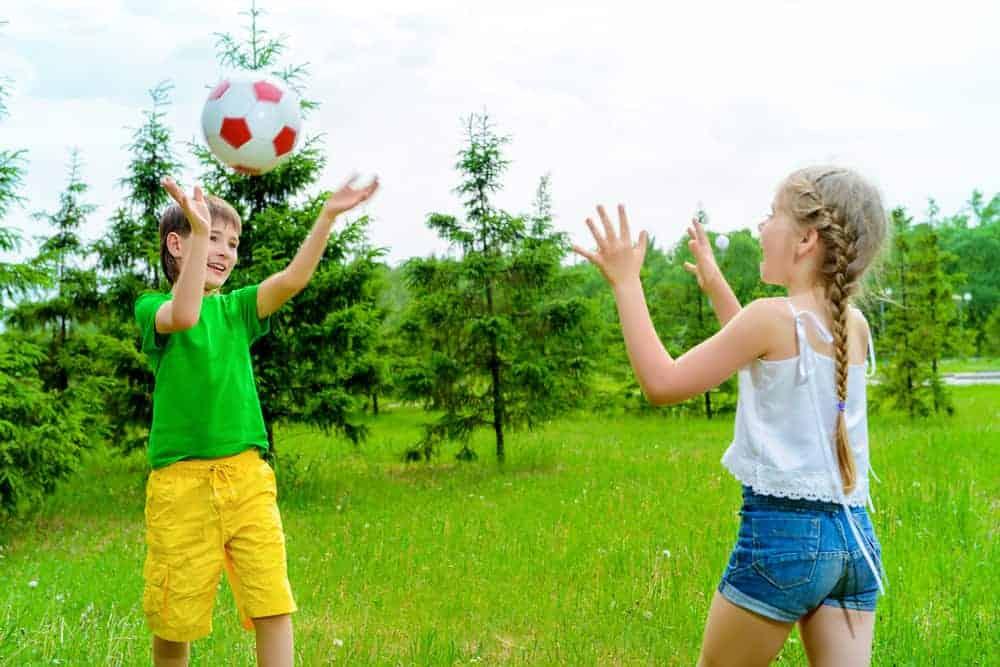 Balspelletjes; voor peuters kleuters en kinderen. Activiteiten zoals bal overgooien. teamspelletjes of stimuleren behendigheid. - Mamaliefde.nl