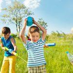 Spelen met water inclusief diy voor een waterbaan van flessen - Mamaliefde.nl