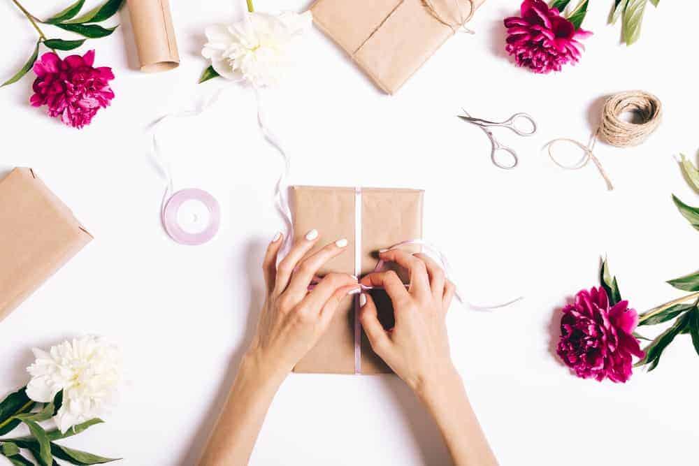 Cadeau leuk inpakken ideeën; Creatieve en originele tips van cadeaubon tot groot cadeau. Van folie tot zonder inpakpapier of waaier, en van boek tot rond cadeau. Voor sinterklaas, kerstmis, moederdag, voor kind of volwassene. - Mamaliefde.nl