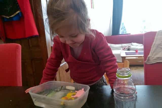 Sensopatisch leren spelen met water, ijs en zout - Mamaliefde