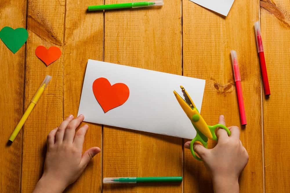 Valentijnskaart maken of knutselen met kinderen; met hartjes, roze en rood maar ook stoere kaarten - Mamaliefde.nl