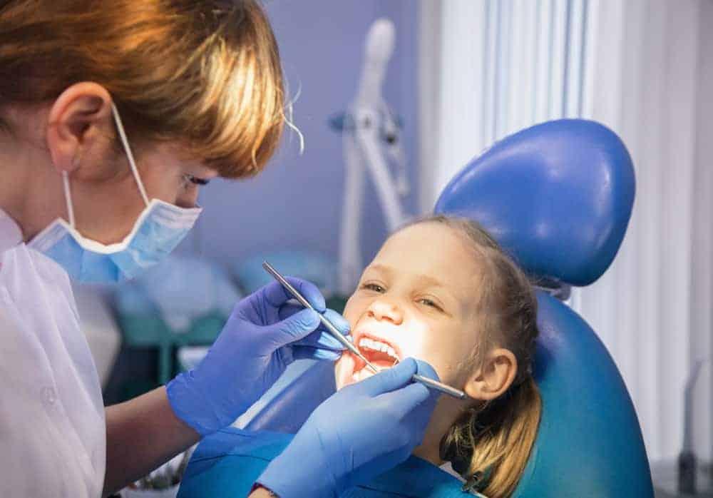 Wanneer kind / baby naar tandarts voor de eerste keer? & Tips voor als je kind bang is - Mamaliefde.nl