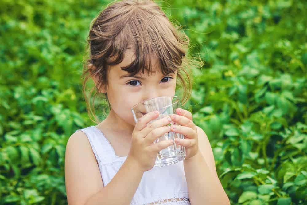Van fles naar beker; 10 tips om je baby uit een beker te leren drinken - Mamaliefde.nl