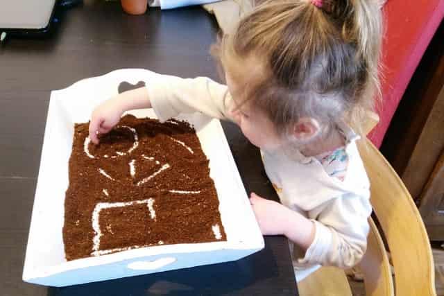 Sensopatisch spelen met koffie- Mamaliefde.nl