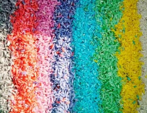 Gekleurde rijst en pasta maken; kleuren met voedingskleurstof en knutselen