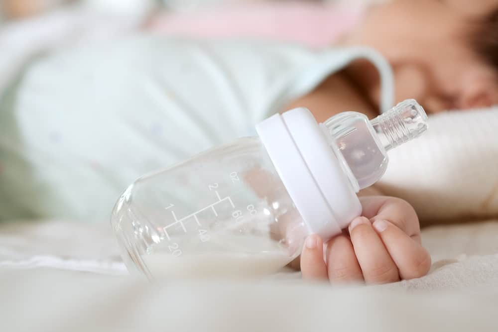 Als je baby 1 jaar is mag het ook koemelk drinken en kan je voorzichtig beginnen met het afbouwen van de voeding. Maar wanneer mag de laatste avondfles eraf? - Mamaliefd.enl