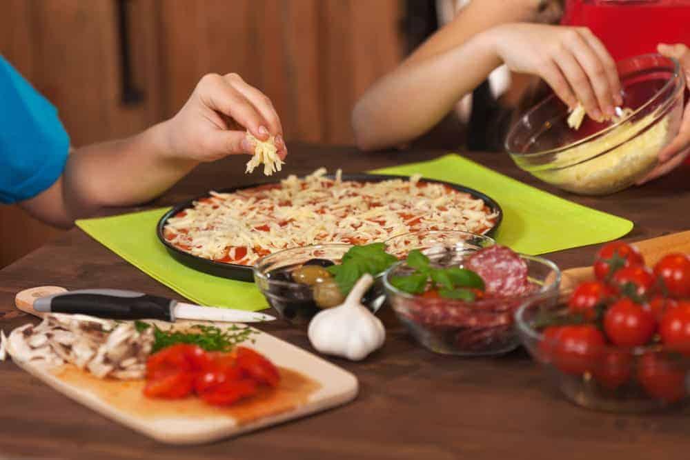 pizza 39 s maken met kinderen 9 manieren en recepten om zelf pizza 39 s te bakken mamaliefde. Black Bedroom Furniture Sets. Home Design Ideas