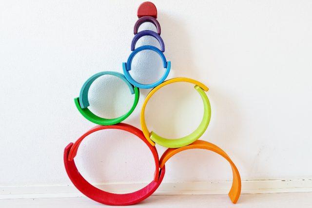Buwen met cirkels; 1 van de meer dan 100 voorbeelden met de Grimm's regenboog #grimmsrainbow - Mamaliefde.nl