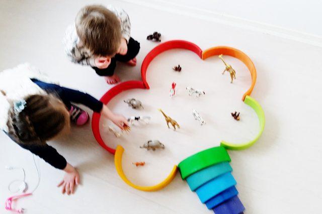 Small world play dierentuin; 1 van de meer dan 100 voorbeelden met de Grimm's regenboog #grimmsrainbow - Mamaliefde.nl
