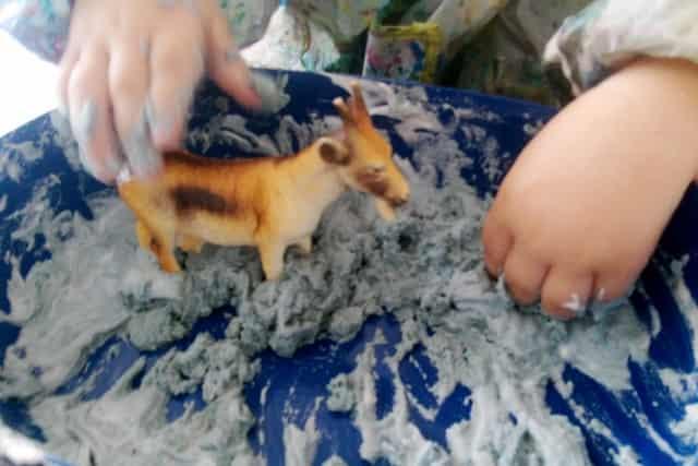 DIY Zandschuim sensory bin - Mamaliefde