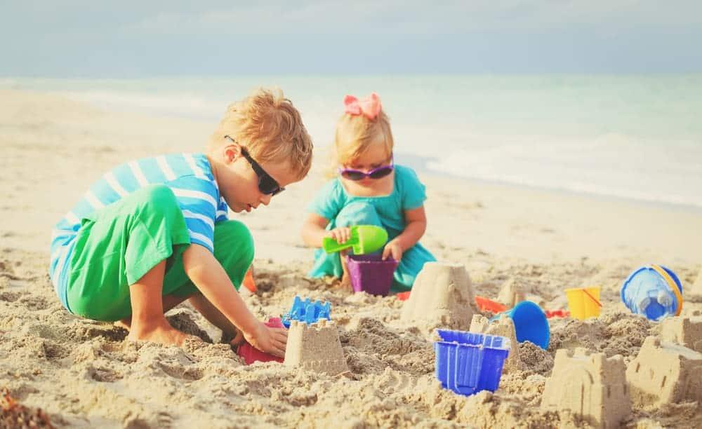 Spelen in de zandbak; spelletjes voor spelen met zand ook binnen of buiten met water. - mamaliefde.nl