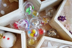 DIY: Zelf kindvriendelijke sensopatische kerstballen maken van doorzichtige ballen om mee te spelen - Mamaliefde.nl