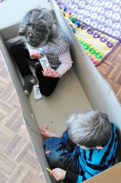 Spelen met waardeloze materialen: Kleuren in kartonnen doos - Mamaliefde.nl