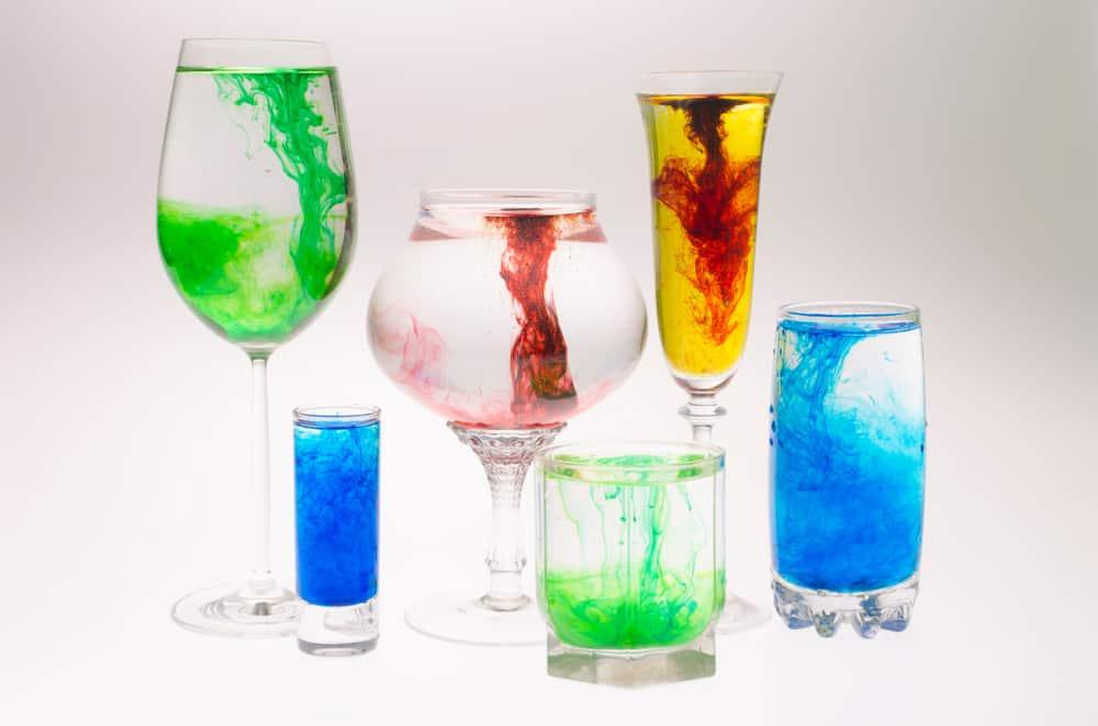 Toveren met kleuren; Gekleurd water maken met crepepapier. Eenvoudig experiment voor peuters om zich te verbazen en te oefenen met kleuren herkennen. - mamaliefde.nl