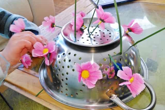 'Bloemen plukken' lente activiteit met bloemen ter stimulering van de fijne motoriek - Mamaliefde.nl