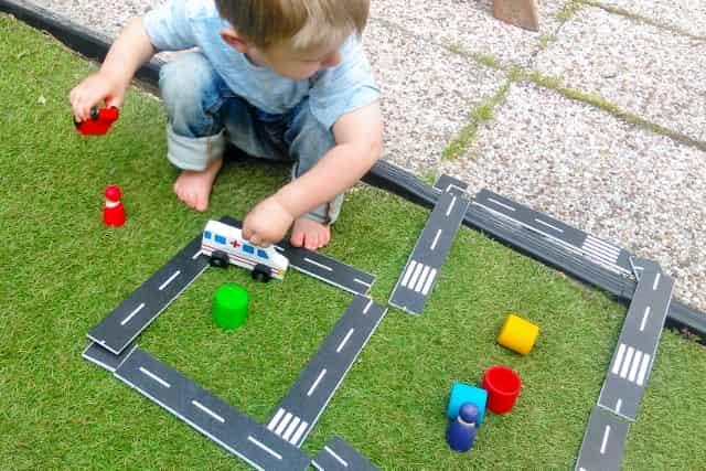 DIY: Autobaan maken met masking tape - Mamaliefde.nl