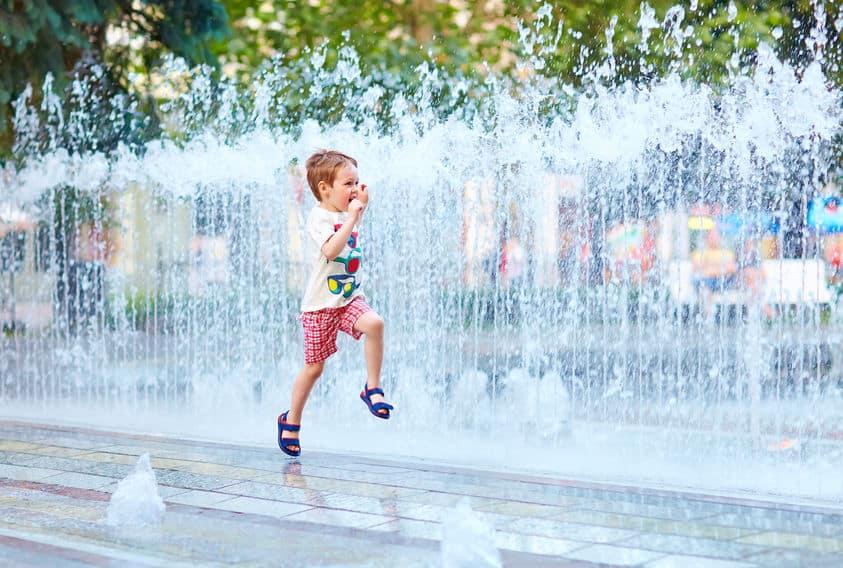 Wat te doen met warm weer met kinderen; De leukste verkoelende uitjes en activiteiten op het water of met airco - Mamaliefde.nl