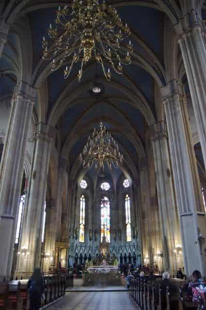 St. Stefanus kathedraal In het centrum van de tweede berg vind je de grootste kerk van Zagreb, dit is een erg mooie kerk die ook zeker de moeite waard is. Ze zijn ook al jaren bezig met het renoveren van de kerk; zelfs van de gids kregen we te horen dat hij de kathedraal niet kent zonder dat een van de twee torens in de steigers staan. Bergen Op 15 kilometer afstand van Zagreb vind je de grens met Slovenië, deze grens wordt gemarkeerd door een enorme bergketen. Als het in de zomer te warm is, of op de zondag als alles dicht is, trekken de gezinnen met kinderen hierheen.