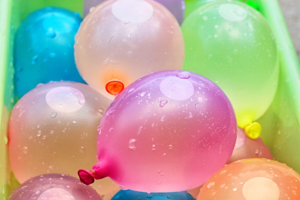 Waterballonnen spelletjes; van kanon maken tot waterestafette. Ook voor volwassenen! Inclusief tips voor snel vullen ballonnen of gebruik maken van herbruikbare / navulbare waterballonnen. - Mamaliefde.nl