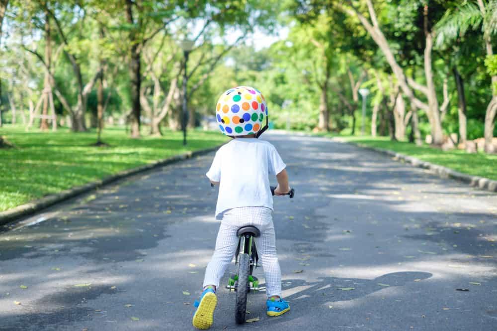 Eerste fiets voor je kind kopen? Hier moet je op letten bij aanschaf voor peuter kleuter zoals zijwieltjes - Mamaliefde.nl