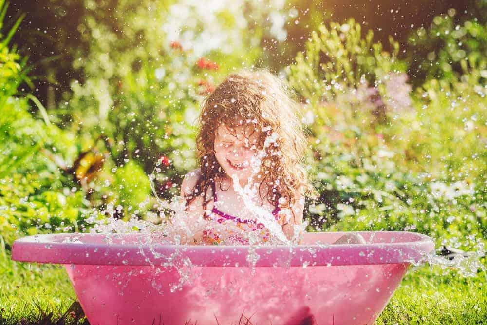 Waterspelletjes; De leukste activiteiten en tips voor spelen met water buiten voor kinderen en volwassenen. Ook voor peuters, kleuters volwassenen en kinderfeestjes!- Mamaliefde.nl