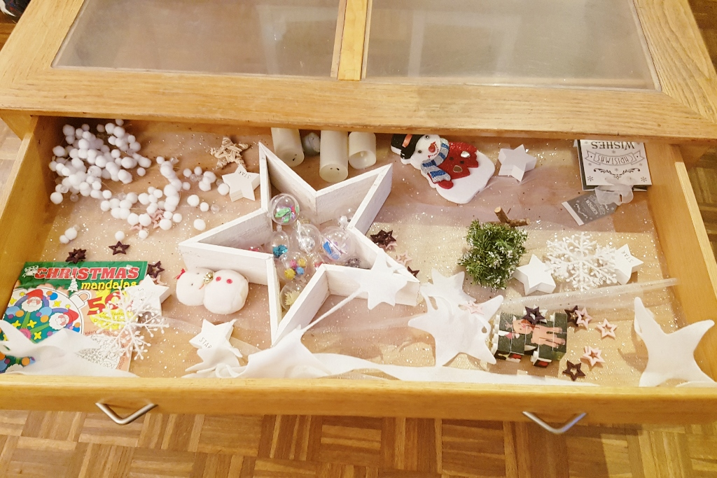 Thema tafel; kerst / winter knutselen en versieren met sensopatische elementen om lekker mee te spelen! - Mamaliefde.nl