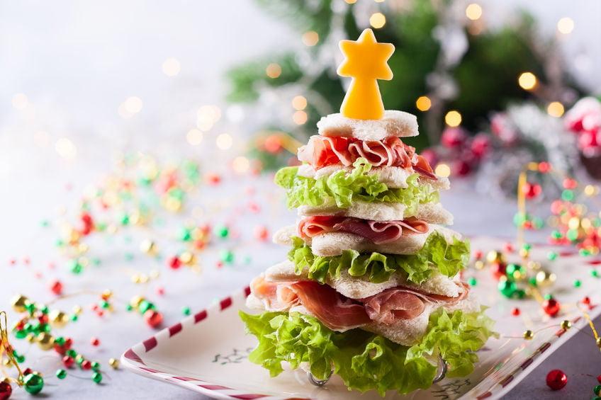 Kerst traktatie en snacks of andere kerstlekkernijen; 100+ makkelijke en snelle kersthapjes voor kerstdiner of kerstontbijt ook kinderhapjes voor op school.dus ook lekker klein zodat ze niet vol zitten. Van voorgerecht, tot hoofdgerecht, nagerecht en ook gezond. Ook voor kerstontbijt, high tea of lunch. - Mamaliefde.nl