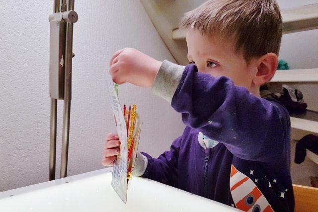 100 tips en voorbeelden van het spelen met de lichttafel - Mamaliefde.nl