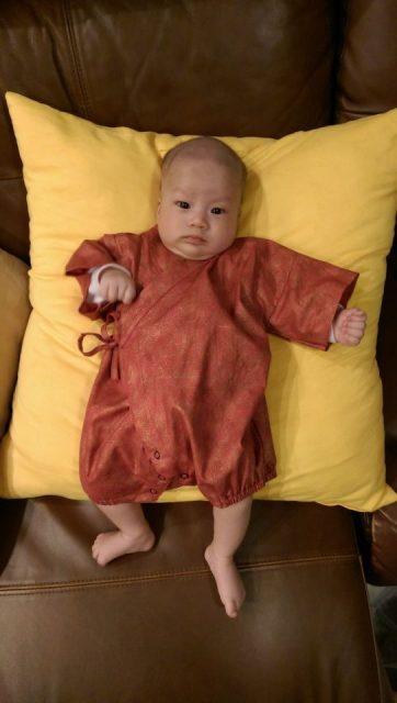 Dad dress baby / als papa de baby aankleed - Mamaliefde.nl