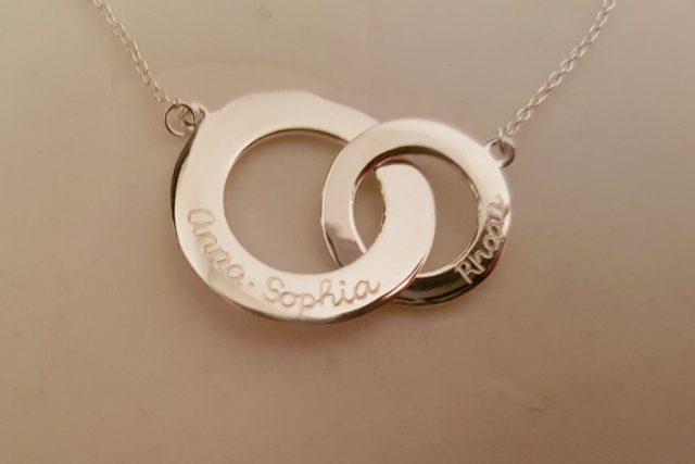 Wonderbaar Zilveren sieraden met gegraveerde naam kind voor mama - Mamaliefde.nl QE-55