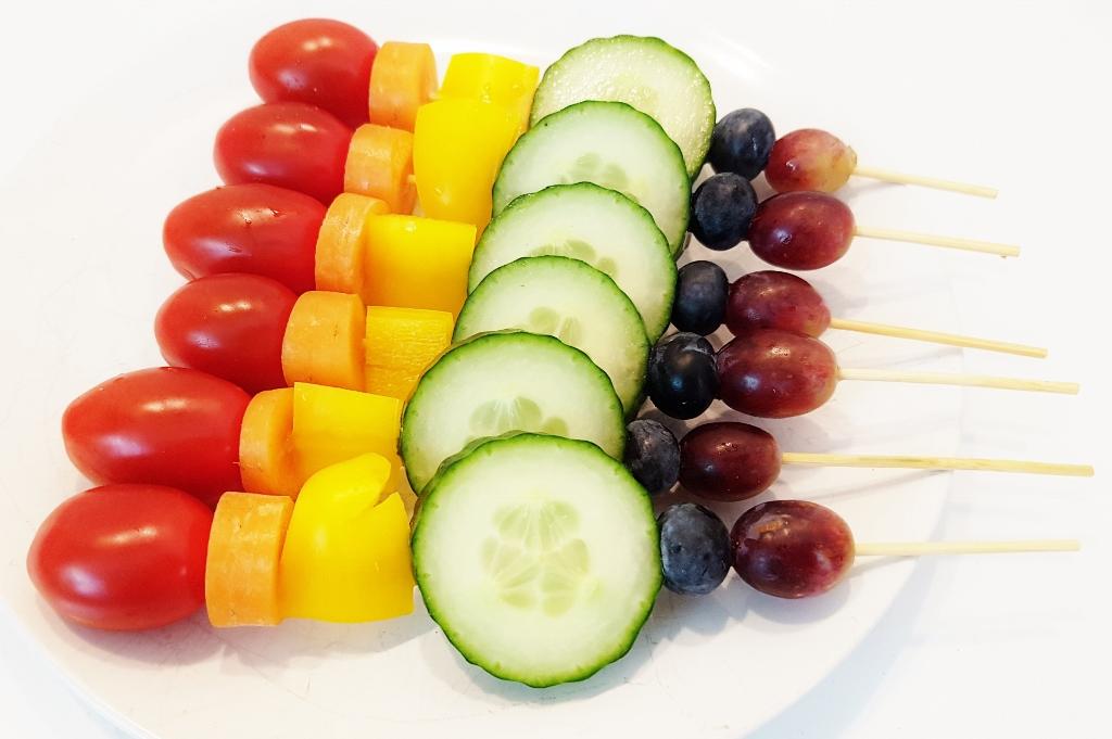 Voorbeelden fruitspiesjes traktatie kind maken in alle kleuren van de regenboog - mamaliefde.nl