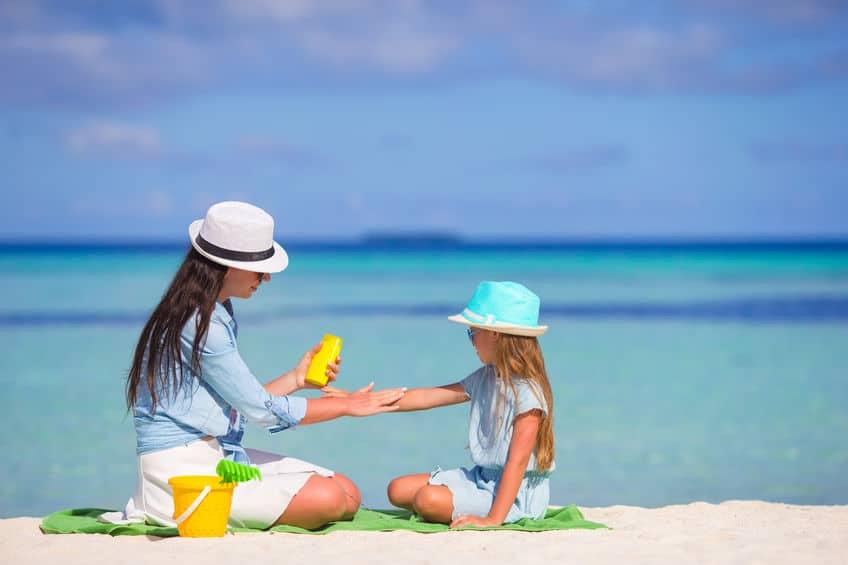 Zonbescherming; van spf zonnebrandcrème baby's en kinderen van gezicht tot kleding tot en met schaduw in tuin - Mamaliefde.nl