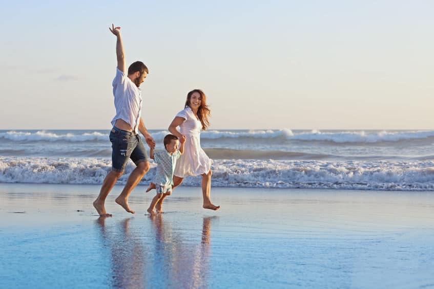Stranden Nederland met kinderen; de mooiste stranden dichtbij in de buurt of met speeltuin of speeleiland. Van rustige stranden en plassen of meren tot de meest populaire badplaatsen.- Mamaliefde.nl