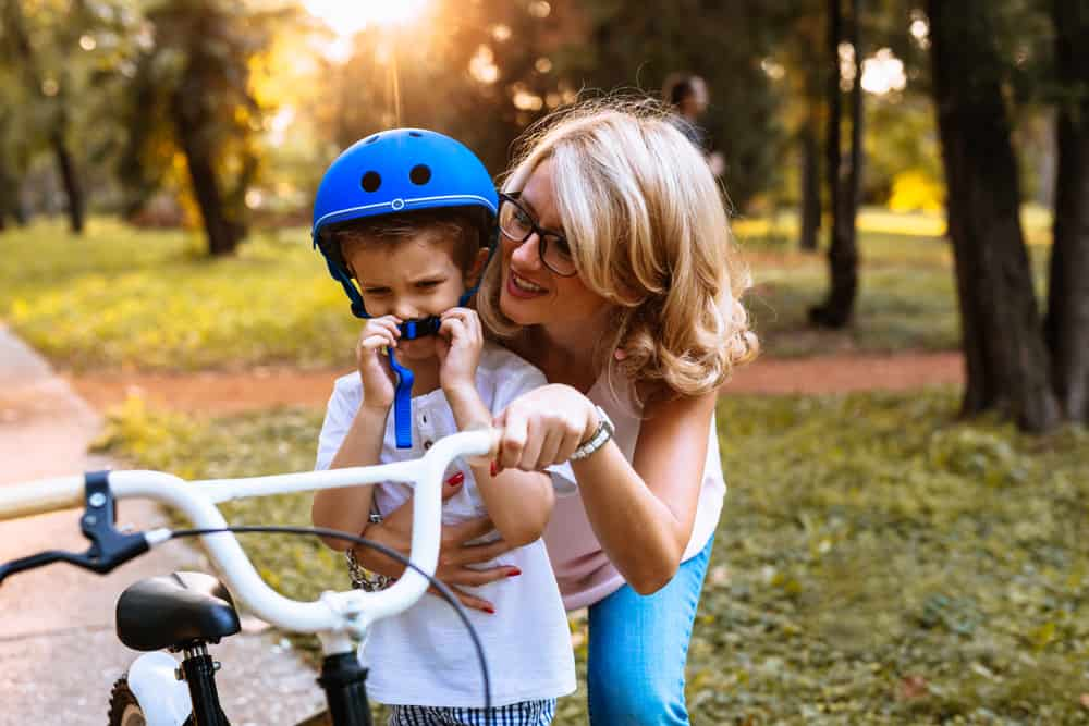 Tips om je kind te leren fietsen (zonder zijwieltjes) tips en vanaf welke leeftijd? - Mamaliefde.nl