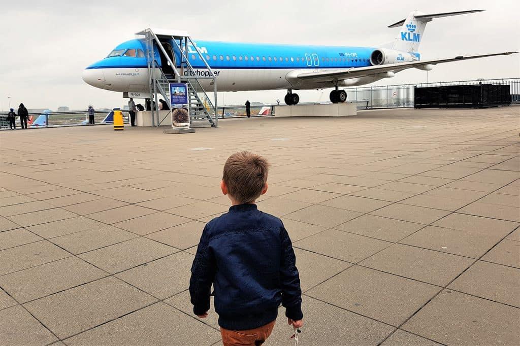 Schiphol met kinderen; van dagje vliegtuigen kijken tot wat is er te doen bij vertrek - mamaliefde.nl