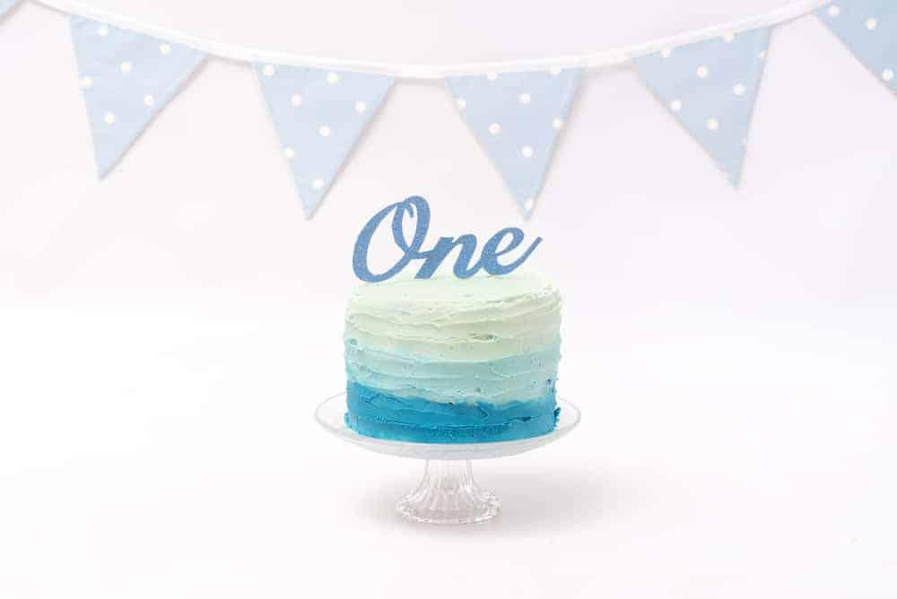 Zelf een cake-smash taart maken of bestellen. Tips en ideeën en voorbeelden voor de leukste taarten, ter inspiratie in het blauw, roze en multicolor. - Mamaliefde.nl