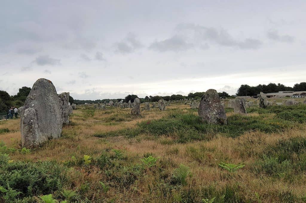 Megalieten van Carnac; Wat is een megaliet steen, Bezienswaardigheden menhirveld en strand vakantie - Mamaliefde.nl