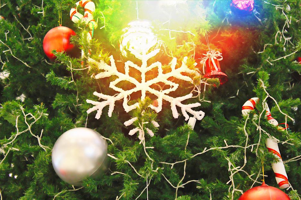 Kerstboom versieren inspiratie; meer dan 50 ideeën en voorbeelden. Van Candy world tot monochroom, witte of roze kerstbomen, traditioneel rood en goud, metallic en meer decoratie inspiratie. - mamaliefde.nl