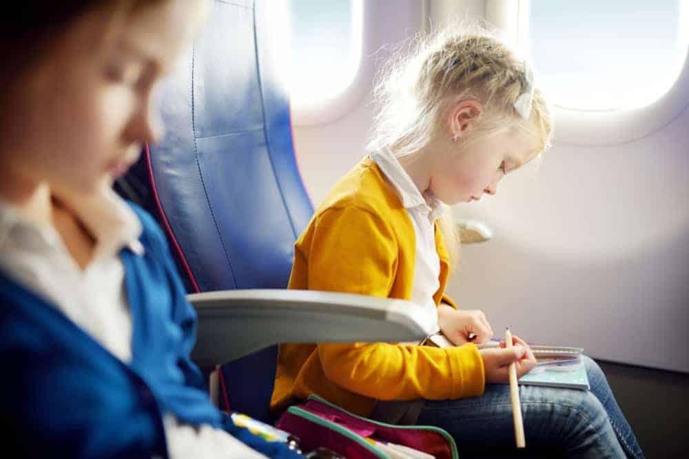 Vliegen met kinderen; 17 tips van voorbereiden tot speelgoed om bezig houden in vliegtuig - Mamaliefde.nl