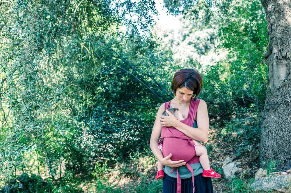 Draagzak baby; Welke is het beste voor newborn na geboorte of peuter en kleuter?. Maar vanaf wanneer kan je je baby dragen? Wat zijn de voordelen en wat zijn de beste draagzakken? - Mamaliefde.nl