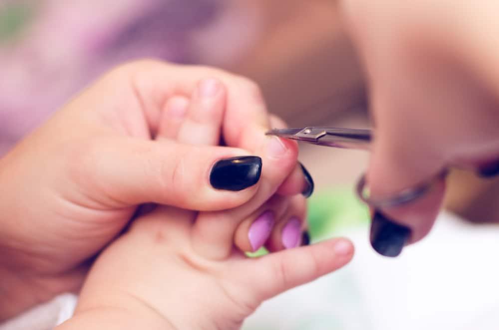 Nagels knippen bij baby's; vanaf wanneer of vijlen - Mamaliefde.nl