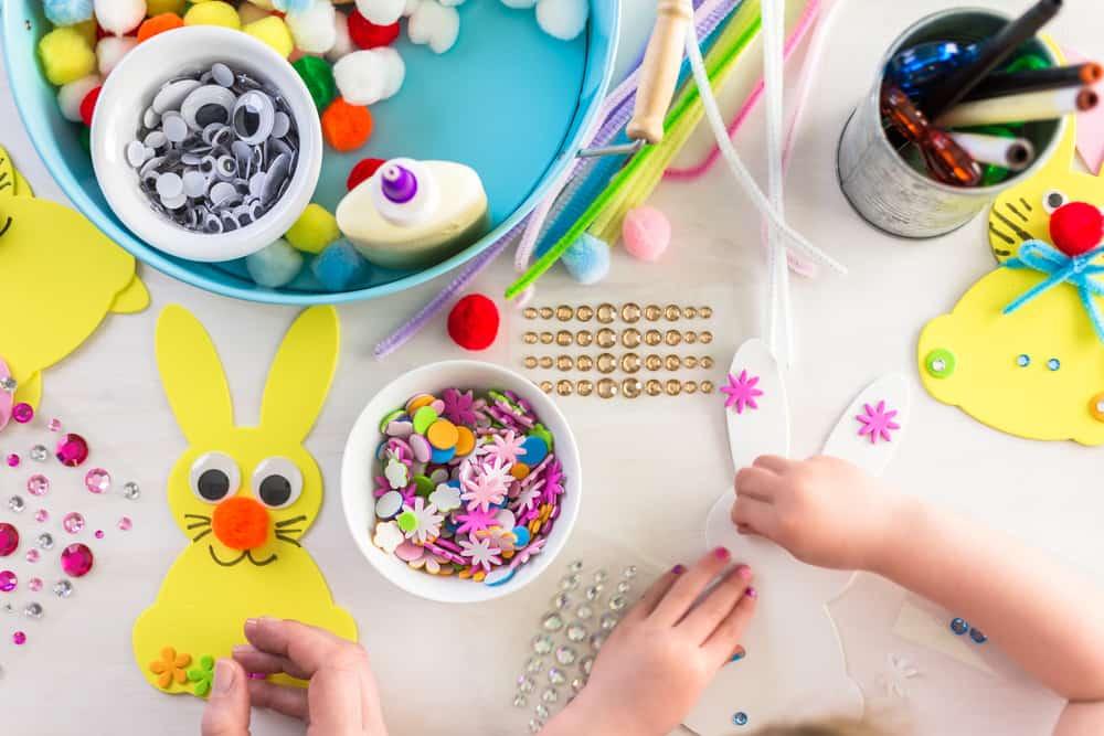 Lente knutselen; thema peuters, kleuters en baby's met knutselwerkjes voorbeelden en ideeën zoals bloemen, vogels, vlinders en dieren - Mamaliefde.nl