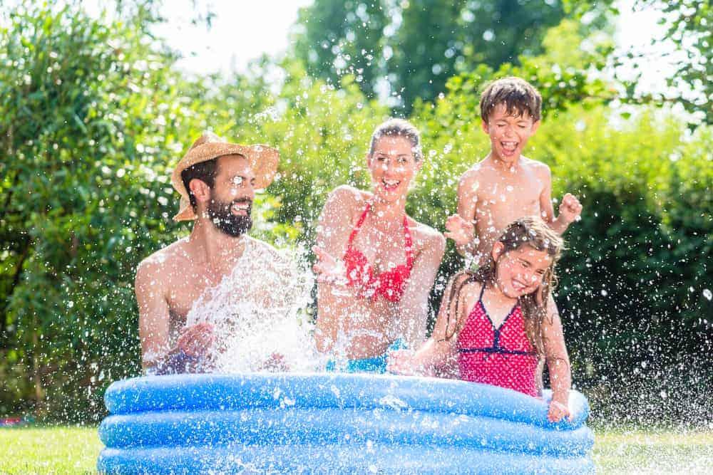 Opblaasbaar zwembad; de leukste voor baby's, met glijbaan of lekker groot - Mamaliefde.nl
