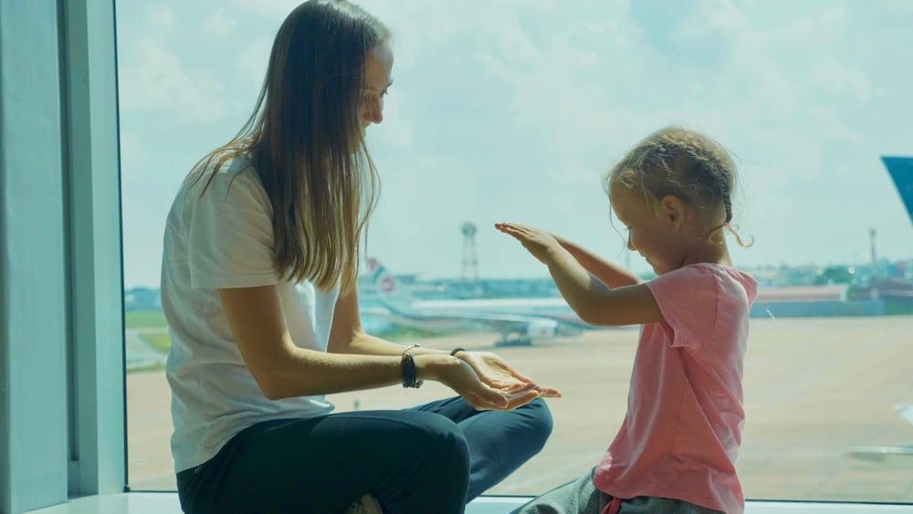 Vlucht vertraagd of geannuleerd? Met deze 8 spelletjes blijven de kids wel zoet - mamaliefde.nl