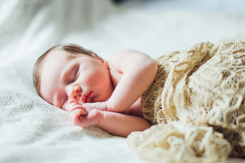 Gebroken nachten met baby; Tips voor als je pasgeboren baby niet of licht slaapt of onrustig is en veel beweegt - Mamaliefde.nl