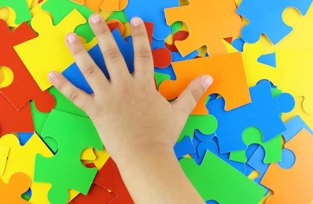 Puzzels voor kinderen en peuters van 2, 3, 4, 5 6, 7, 8, , 10, 11, 12+ jaar en ouder inclusief ontwikkeling. Vanaf welke leeftijd hoeveel stukjes? Van houten vormenpuzzels tot legpuzzels met 1000 stukjes - Mamaliefde.nl